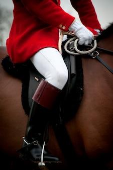 Schließen sie oben von einem jockey auf einem pferd