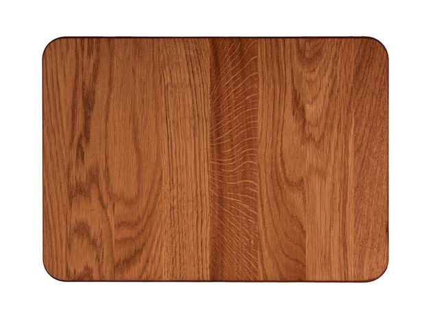Schließen sie oben von einem rechteckigen dunkelbraunen küchenschneidebrett aus eichenholz mit dunklen brandflecken und messergeschnittenen spuren, die auf weißem hintergrund isoliert sind