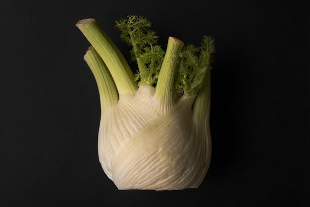 Schließen sie oben von einem salat knoblauch isoliert über schwarz