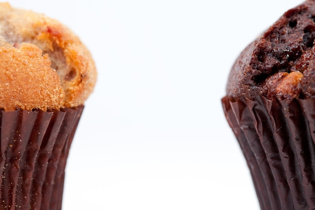 Schließen sie oben von einem schokoladenmuffin und von einem regelmäßigen muffin