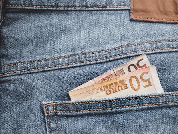 Schließen sie oben von einer 50-euro-banknote in einer tasche
