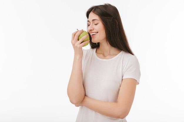 Schließen sie oben von einer glücklichen jungen schönen frau isoliert, die grünen apfel zeigt