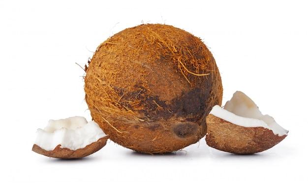Schließen sie oben von einer kokosnuss, die in stücke geknackt wird