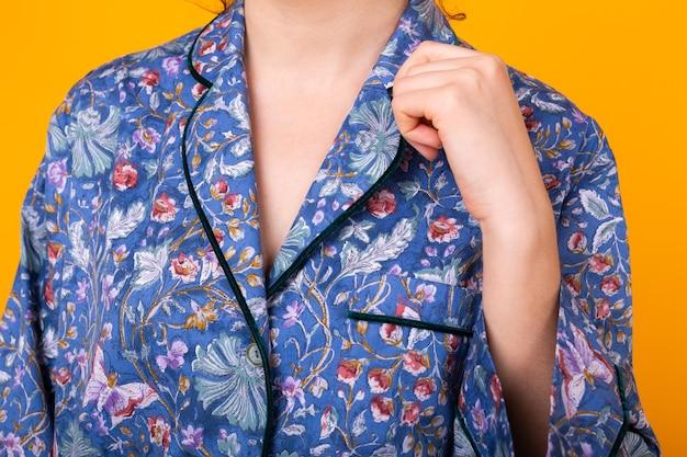 Schließen sie oben von frau im haus tragen pyjama über bunte gelbe wand