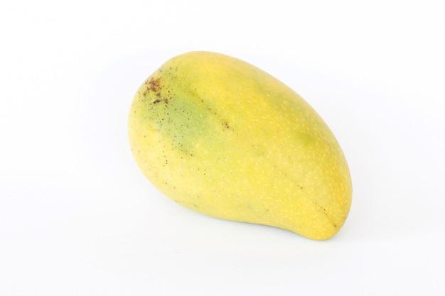 Schließen sie oben von frischen mangos auf weißem hintergrund