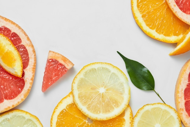 Schließen sie oben von frischen orangen-, grapefruit-, limetten- und zitronenscheiben auf weißem tisch