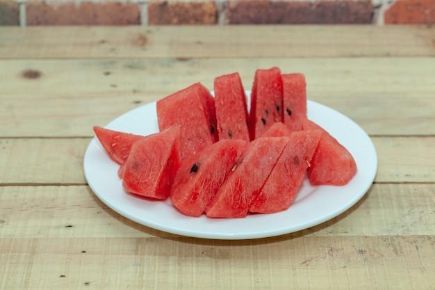 Schließen sie oben von geschnitten der wassermelone auf platte