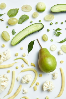 Schließen sie oben von grünem gemüse und obst auf tisch. gesunde ernährung und essen für veganer