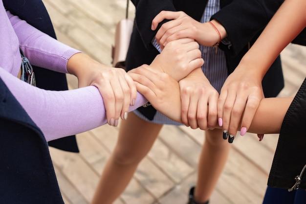 Schließen sie oben von handzeichen der hohen fünf, symbol der allgemeinen feier. erfolg und teamarbeit con