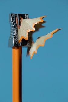 Schließen sie oben von harpener auf orange bleistift auf blauem hintergrund