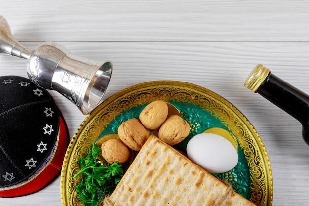Schließen sie oben von jüdischem feiertagspassahfest matzot des konzeptes und von tallit der ersatz