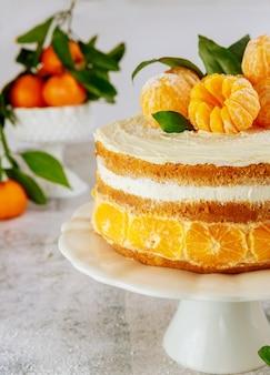 Schließen sie oben von leckerem und festlichem kuchen mit frischen kalifornischen mandarinen.