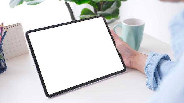 Schließen sie oben von mannhand, die digitales tablett mit leerem bildschirmhintergrund hält