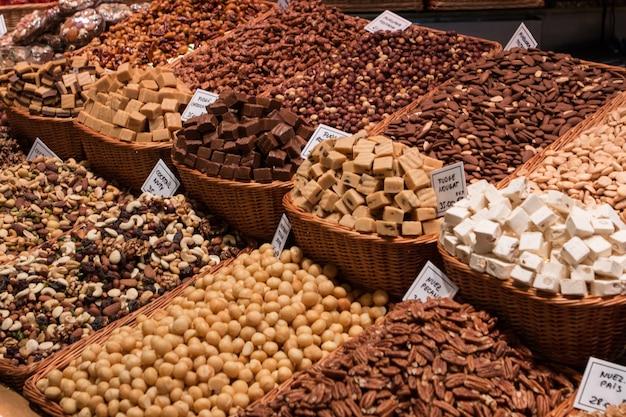 Schließen sie oben von sortierten nüssen in einem markt