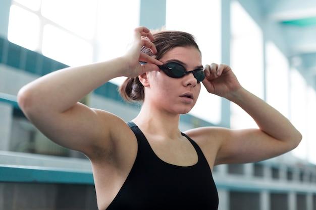 Schließen sie oben von tragenden schutzbrillen des schwimmers