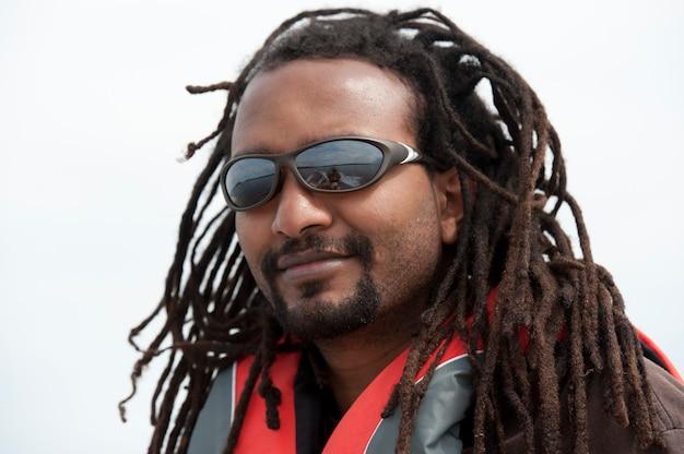 Schließen sie oben von tragenden sonnenbrillen eines africian amerikanischen mannes
