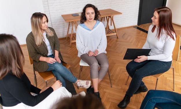 Schließen sie personengruppe bei der therapie ab