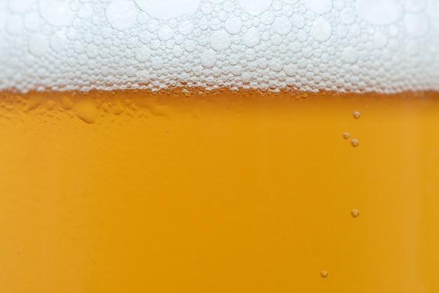 Schließen sie tropfen eines eiskalten pints bier