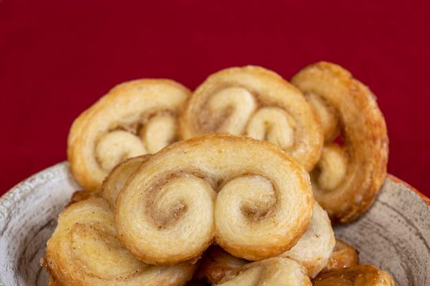 Schließen sie von palmiers keksen - süßer blätterteig