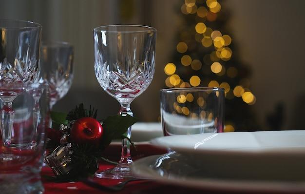 Schließen sie weingläser am dekorierten esstisch zum weihnachtsessen