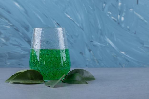 Schließen sie, wenn grüner cocktail mit dekorativen blättern