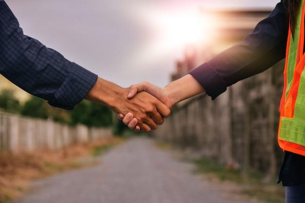 Schließen uo hand schütteln arbeiter teamwork