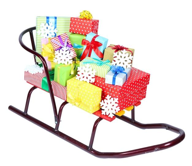 Schlitten mit weihnachtsgeschenken, isoliert auf weiß