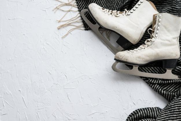 Schlittschuhe und winterzubehör auf weißem hintergrund