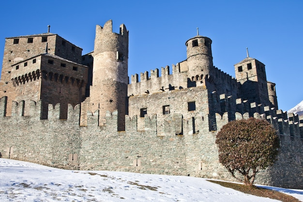 Schloss fenis ist eines der berühmtesten schlösser im aostatal - italien für seine spektakuläre architektur und seine vielen türme