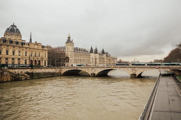 Schloss - gefängnis concierges und austauschbrücke an der seine in paris, frankreich.