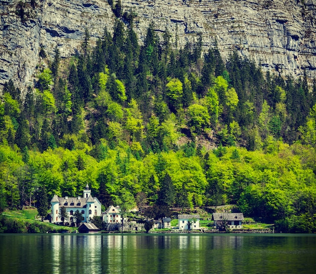 Schloss in hallstatter see bergsee in österreich