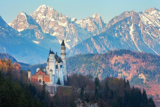 Schloss neuschwanstein im hintergrund der schneebedeckten berge
