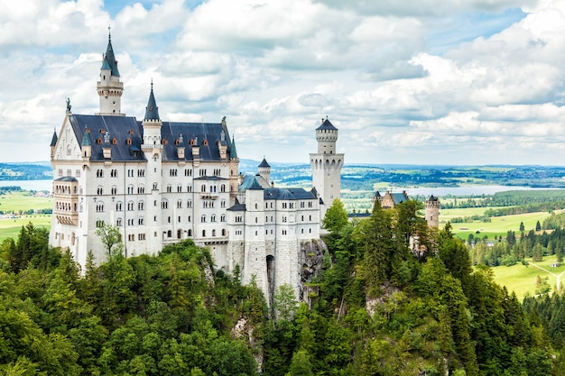 Schloss neuschwanstein in den bayerischen alpen