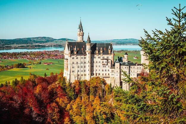Schloss neuschwanstein in den bergen bayerns deutschland