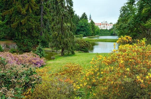 Schloss pruhonice (prag, tschechien) parksommeransicht mit seen und blühendem busch