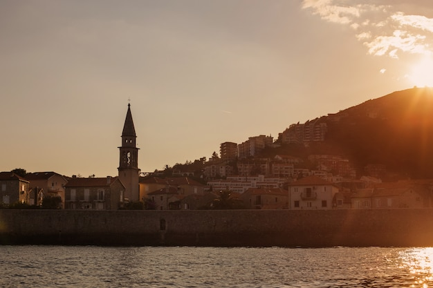 Schlossähnlicher blick auf die budva, montenegros altstadt vom meer aus