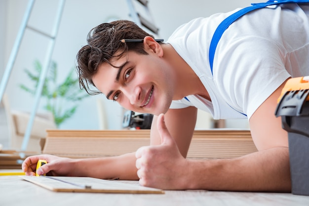 Schlosser, der zu hause laminatboden legt