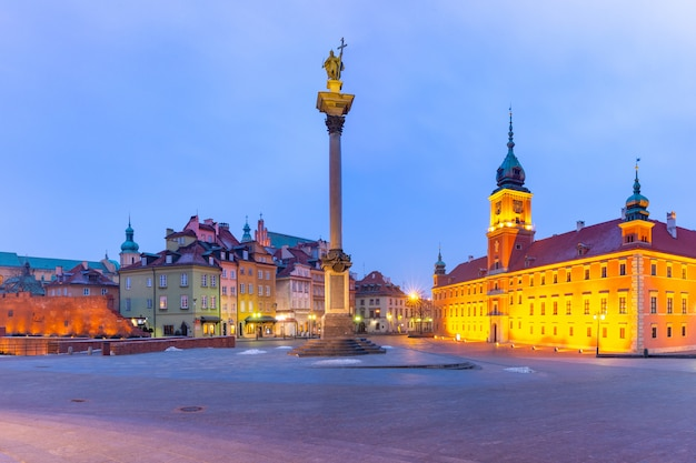 Schlossplatz in der nacht in warschau, polen.