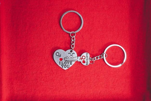 Schlossschlüssel ich liebe dich konzept für valentinstag und süßesten tag auf rotem geschenkboxhintergrund