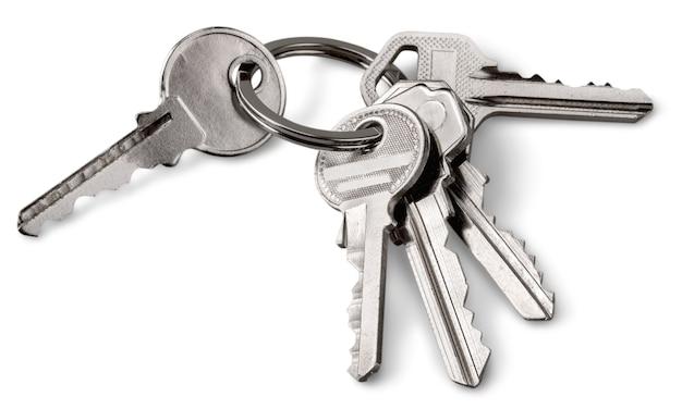 Schlüssel am schlüsselbund isoliert auf weißem hintergrund