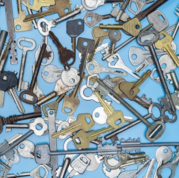 Schlüssel auf blauem hintergrund eingestellt