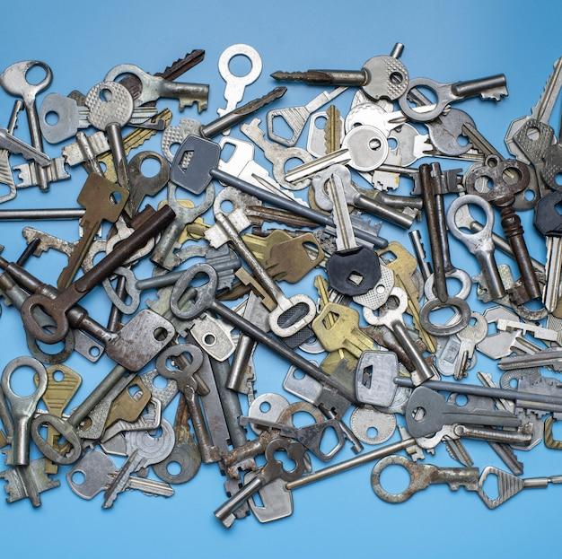 Schlüssel auf blauem hintergrund gesetzt. türschlossschlüssel und safes für eigentumssicherheit und hausschutz.