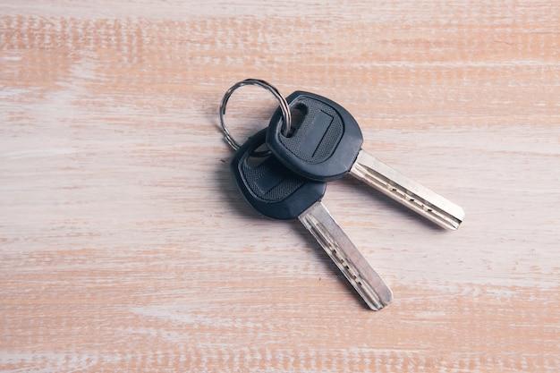 Schlüssel auf einem holztisch