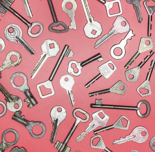 Schlüssel auf rosa hintergrund gesetzt