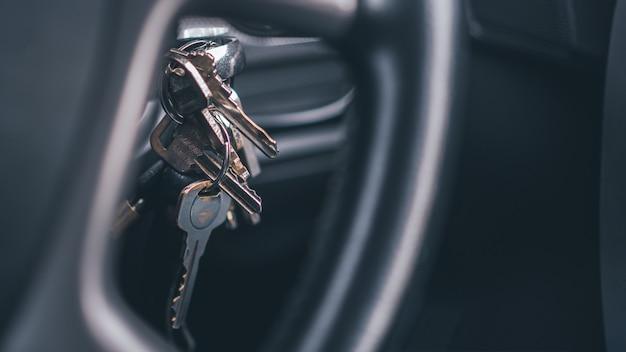 Schlüssel, der das fahrzeug verriegelt und startet