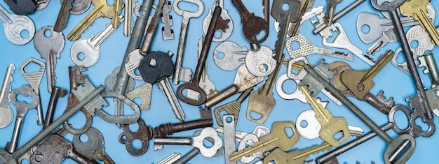 Schlüssel eingestellt auf blauen hintergrund