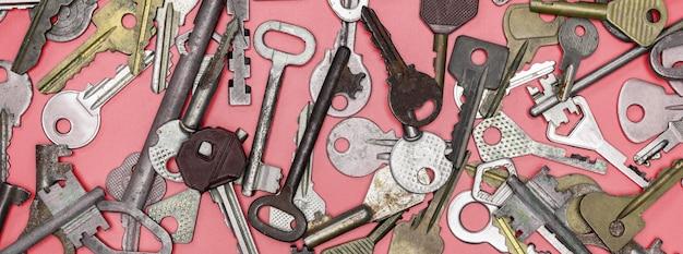 Schlüssel eingestellt auf roten hintergrund