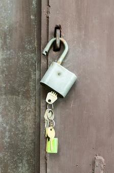 Schlüssel im schloss hängen am türgriff