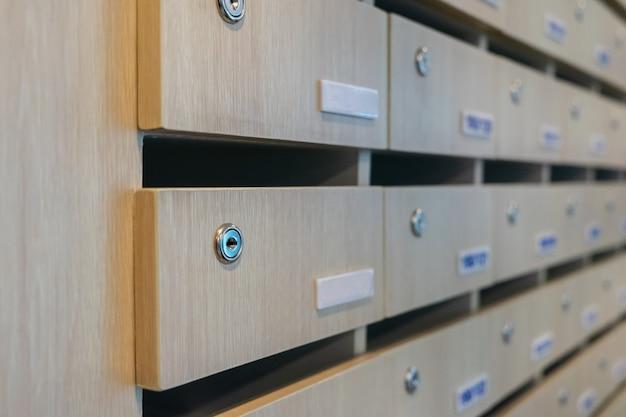 Schlüssel in einem leeren hölzernen briefkasten innenverzierungsideen