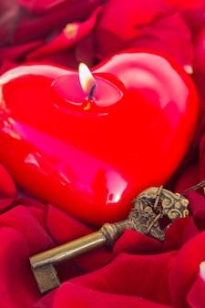 Schlüssel mit dem kerzenherz als symbol der liebe